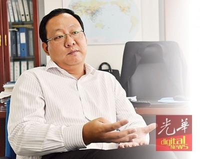 王旭于南航办公室接受《光华日报》专访。
