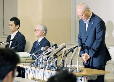 舛添要一(右)在记者会上鞠躬道歉。