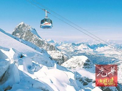 铁力士雪山拥有世界首创的旋转登山缆车,每程都会旋转360度一圈。