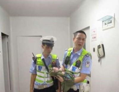 两名执勤警员骑摩托车抱婴儿入院。
