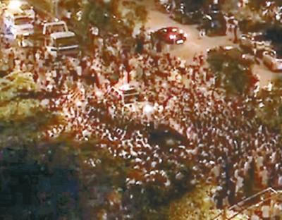 数百名群众聚集车祸现场。