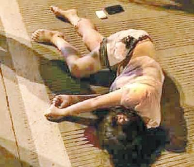一名妇女倒地浴血。