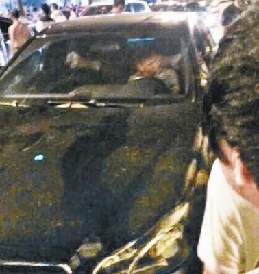 有民众包围肇事车辆。