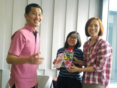 钟莉玲(左)带着女儿林思嘉,感谢林国成捐赠肝脏。