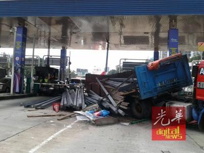 罗里失控撞毁收费站,铁条也掉在路面,一辆轿车不幸遭殃及。