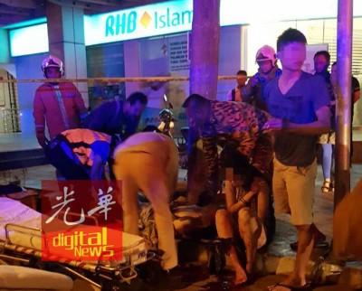 救护员准备把伤者抬上担架,送往医院。