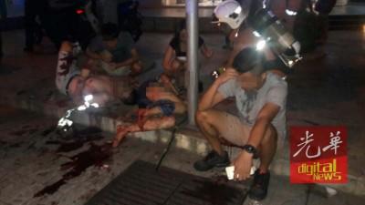 浴血的伤者坐在一旁等待救援。照片取自网络