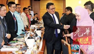 诺嘉兹兰主持外劳管理会议,与相关团体代表商讨外劳管理方案。