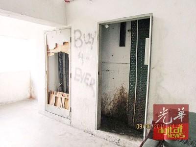 组屋设施遭破坏未修复,非常危险。