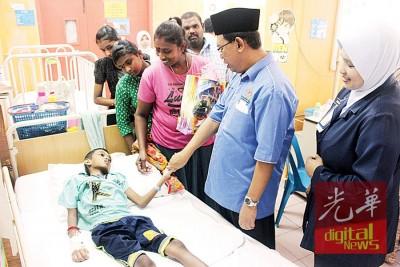 诺拉斯林达(右起)与赛迪探访一名印裔儿童病人。