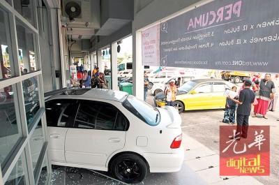 11寒暑男童启动汽车发动机后,车子失控往前冲驶,撞入电讯公司店面。