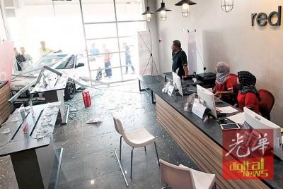2号称女店员眼睁睁的看着车子撞入店内。