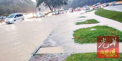 随着降雨量增加,水位也逐渐上升。