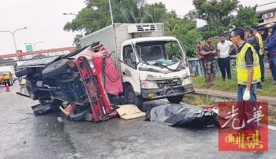 死者驾驶的罗里翻覆,车头凹陷,死者被抬出等候送往医院解剖。