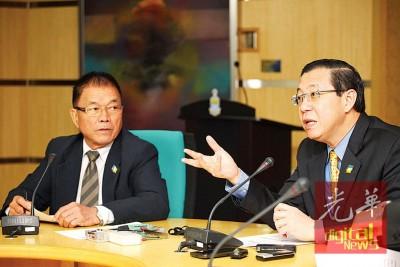 林冠英在林峰成陪同下举行记者会。