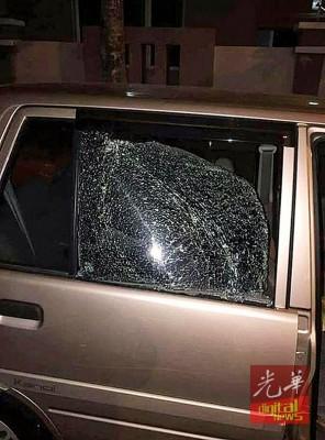 匪徒敲破车镜,只为偷取放在车内的鞋子,尽管居民发现也不住手。