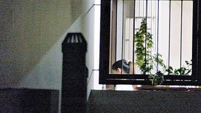 周六晚记者走访组屋淫窟时,发现一名与网站艳女相似的女子走进单位。