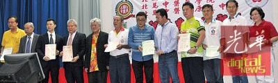 北马中医药学院与各庙宇施医赠药中心签署协议书,左2起是曾壁钦、沈晓勇、洪福志及温栢洲。