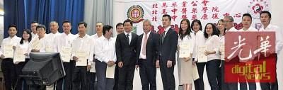 大会颁发北马中医药学院临床带教医师委任状。