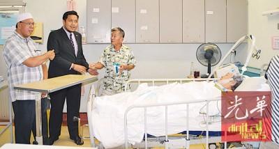 左起沙勒曼及阿菲那頒發援助品予詩布朗还醫院病人。