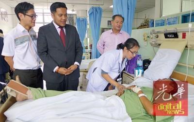 阿菲夫(左2)在罗兴强(右1)及再里尔陪同下探访病患。