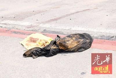 路边尚留下沾满血迹的衣服及坐垫。