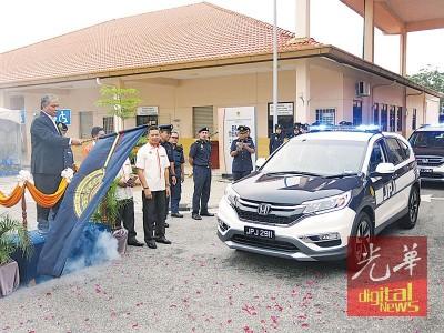 受兹里吧吉祥打打州陆路交通局获分配巡逻轿车主持挥旗礼。