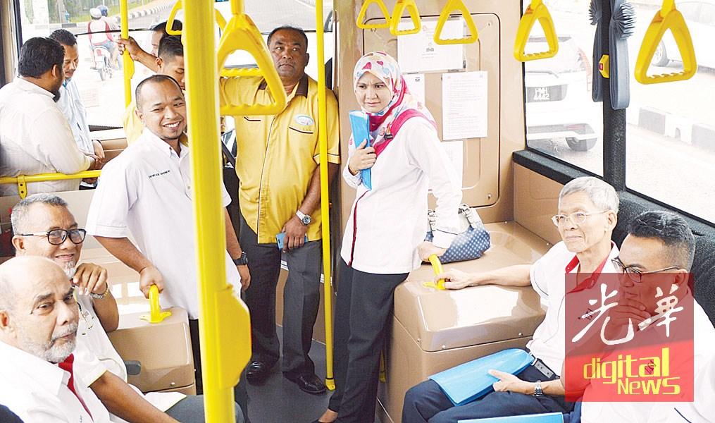 赛哈密(左起)、沙比里及大马陆路交通委员会成员从加央巴士站,乘搭myBAS巴士前往亚娄火车站。