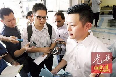 卢界燊在大会堂办公室外召开记者会,强调本身不会放弃。