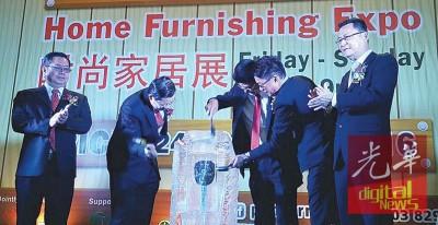 林冠英、陈多尼及陈添福主持开幕仪式,由蔡春才及拿督谢和平陪同。
