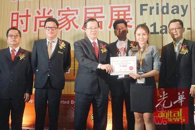 首长林冠英颁发最佳摊格设计奖,由陈多尼、陈添福、蔡春才及拿督谢和平陪同。