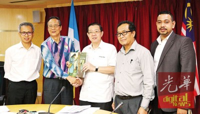 陈志宽(左2)赠送本身的著作给林冠英,左1为潘俭伟及右2为槟州发展机构总经理拿督罗斯里。