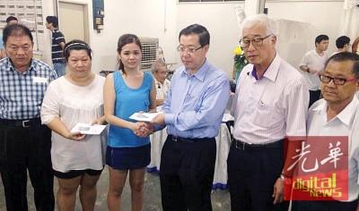 林冠英移交抚恤金予死者遗孀接领,左起林峰成、郑金叶、杨丽婷、彭文宝及洪铷鸿。
