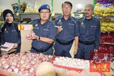 苏海米与官员检查购物中心内统制品价格,展示大葱价格低於佳节统制品价格。