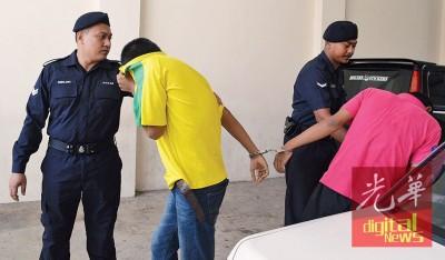 些微名被告莫哈最后哈尼斯和莫哈最后阿里菲被警署从警车押下进法庭时,为衣服遮脸避开摄影镜头。