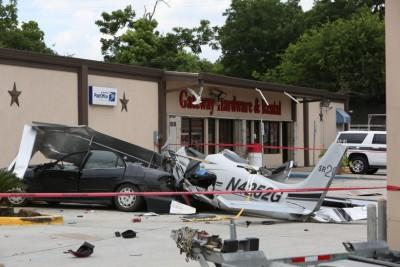 小型机失事坠落停车场,撞毁一辆汽车。