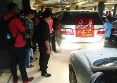 图为反贪会官员的车辆,停放在光大停车场。