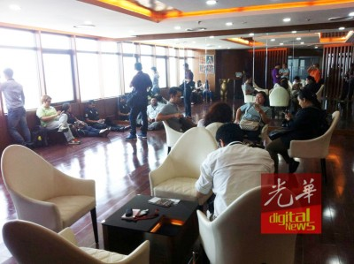 大批媒体记者紧守在州政府行政楼跟进消息。