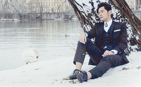 周董新歌《爱情废柴》MV在捷克雪地中取景,营造浪漫气氛。