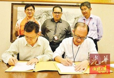 (后排左1起)余赐发、林星发及邱智坚的见证下,王来平(左)与李兴前(右)互签合作协议书。