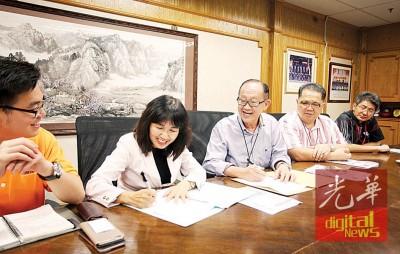 庄云樱(左2)同李兴前签合作备忘录,其他为林星作以及邱智坚。