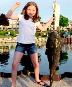 惠勒钓得一条有她一半身高的巨鱼。
