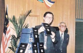 """""""未来就掌握在我们的手中""""…许博士在州秘书阿都哈林的陪同下,于1992年11月16日推展策略发展蓝图。"""