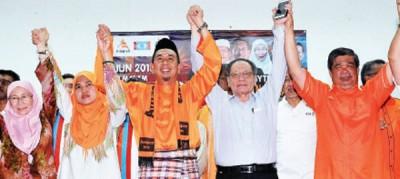 阿兹哈(左3)出征大港补选,获得公正党主席旺阿兹莎(左)与林吉祥(右2)的站台。右为末沙布。