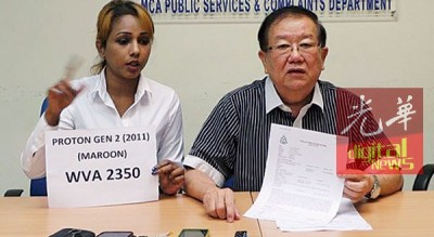 已被判入穷籍的祖尼达(左),星期三出席张天赐的记者会时,手持她的车子车牌与款式。