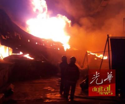 火患发生时,浓烟滚滚火光冲天。