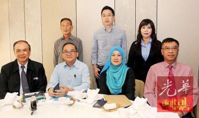 陈汉明(坐者左1)联同邱国庭、诺艾恩奥曼及洪世天,讲解翻胎成品的程序。