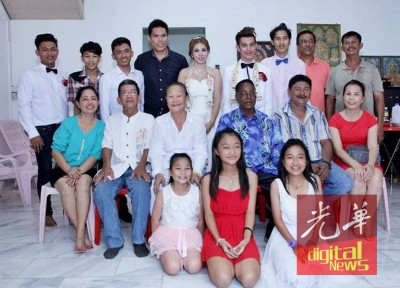 去年6月孙子结婚时,加哩亚板(中排坐者右3)与家人的合影,中排坐者左1为陈莉莉,左3为陈碧兰。