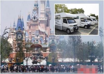 上海迪士尼乐园开幕在即,为应付酒店房间不足,乐园附近就有商家开办露营车营地,供游客住在露营车中。