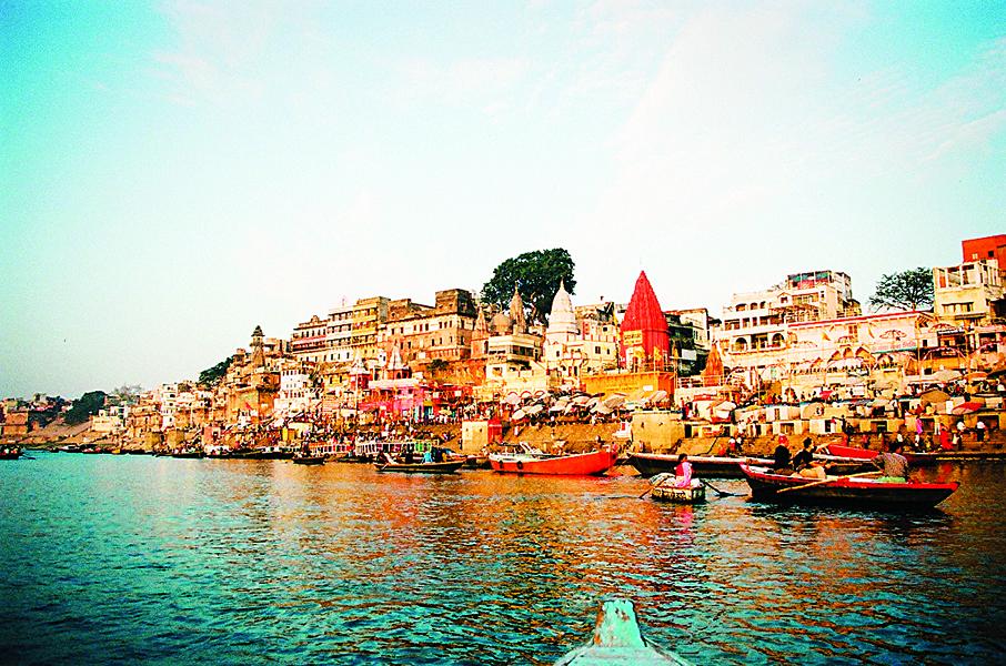 瓦拉纳西-- 印度最古老和最崇高的市,使当时条长河自远古以来一直是印度教徒的圣河。